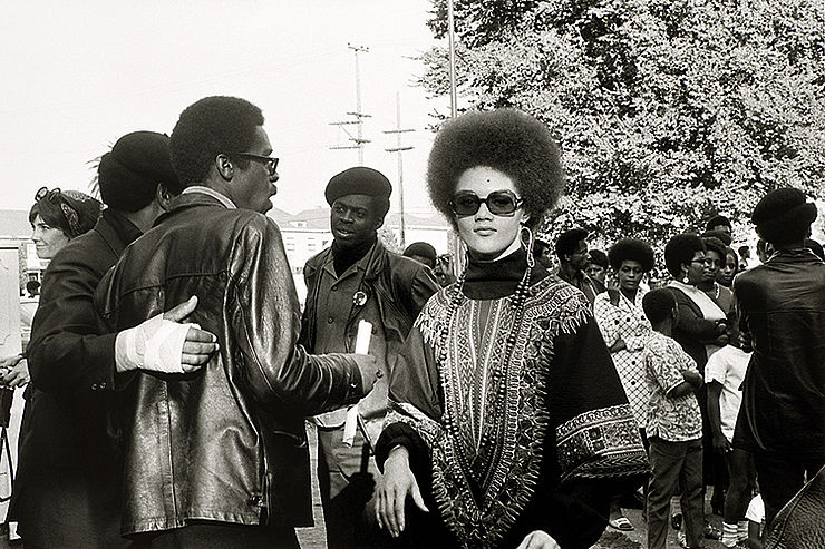 »Mapping the Collectio« im Ludwig: Pirkle Jones, Kathleen Cleaver und Black Panthers (Befreit-Huey-Kundgebung, CA, 22.9.1968), 1968–1969, © Regents of the University of California, Reproduktion: rba