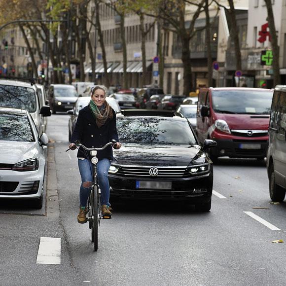 Fahrradfahrerin auf den Kölner Ringen