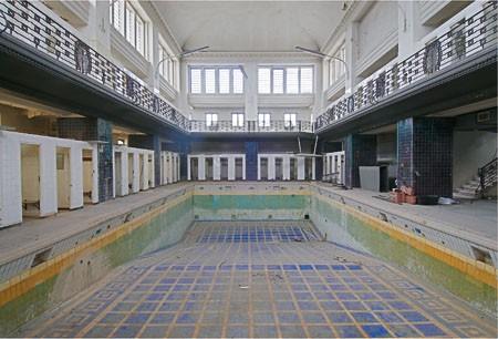 Die Polizeisportgruppe ist schon lange weg, die Zeugen Jehovas auch: Die alte Schwimmhalle im Deutz-Kalker Bad
